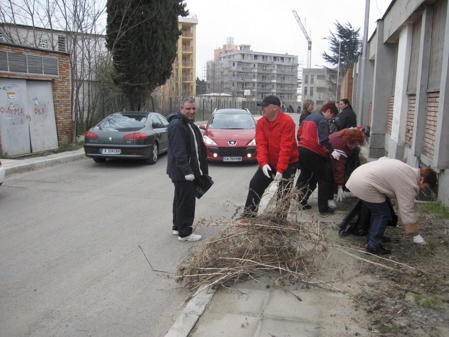 Кмета на община Несебър, заместник кметовете, всички служители от общинска администрация, общински съветници и граждани, излязоха в днешния ден, за да почистят града